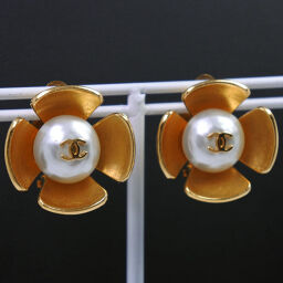 CHANEL Flower Motif Gold Plated x Fake Pearl Gold 96P Engraved Women's Earrings [Used] A Rank